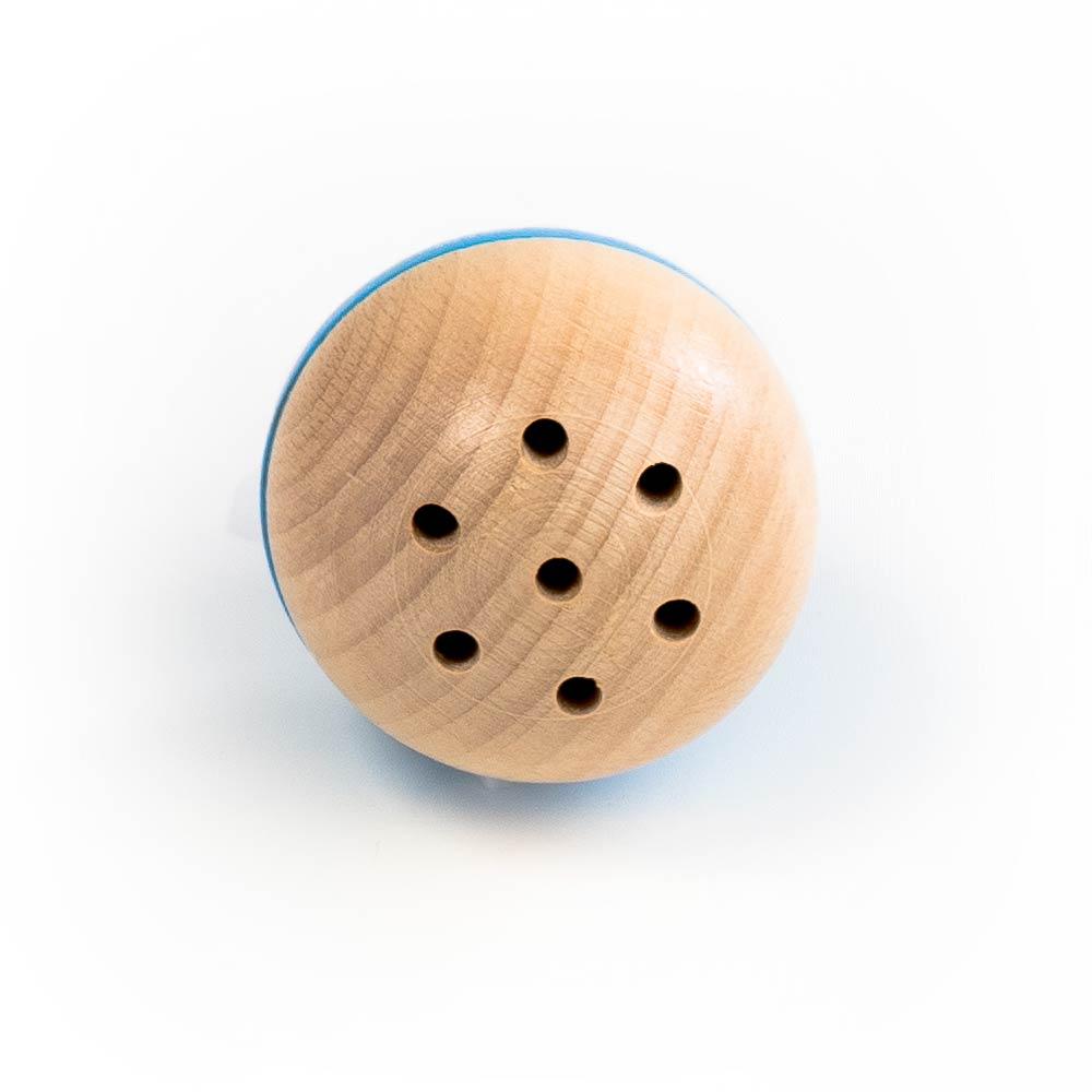 Holzspielzeug für Babys, qualitativ hochwertiges Babyspielzeug aus natürlichem Buchenholz. Moderne Rassel mit Löchern und Edelstahglöckchen aus 2 Halbkugeln, davon ist eine farbig (rot, blau. grau oder rosa) und eine Seite natur.