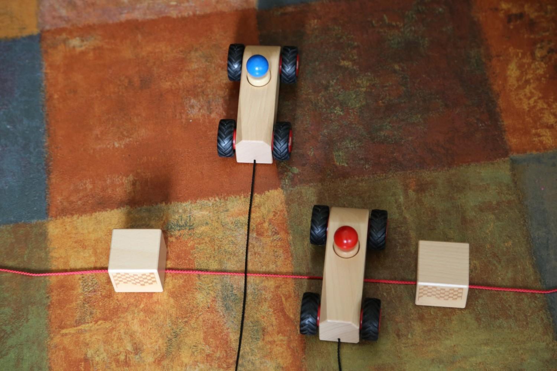 Holzspielzeug Schneckenrennnen aber mit Rennwagen