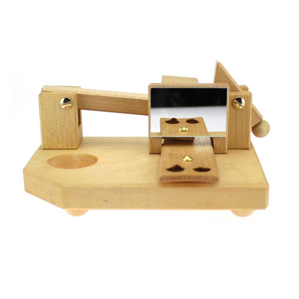 Schnupftabakmaschine mit Pöschel Schnupftabak in den Löchern für die Nase.